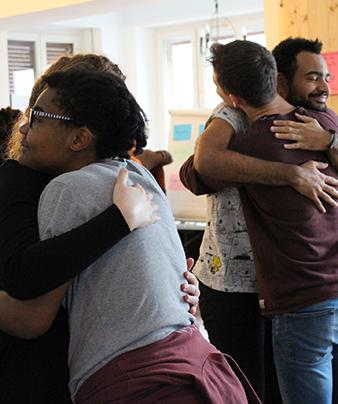 Menschen umarmen sich: Freiwillige im deutsch-französischen Freiwiligendienst Kultur (DFFD Kultur)