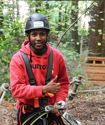 Junge im Kletterpark: Freiwilliger im Freiwilligendienst RLP FSJ Ganztagsschule in RLP