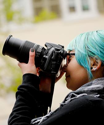 Mädchen fotografiert: Freiwillige im Freiwilligendienst RLP FSJ Kultur